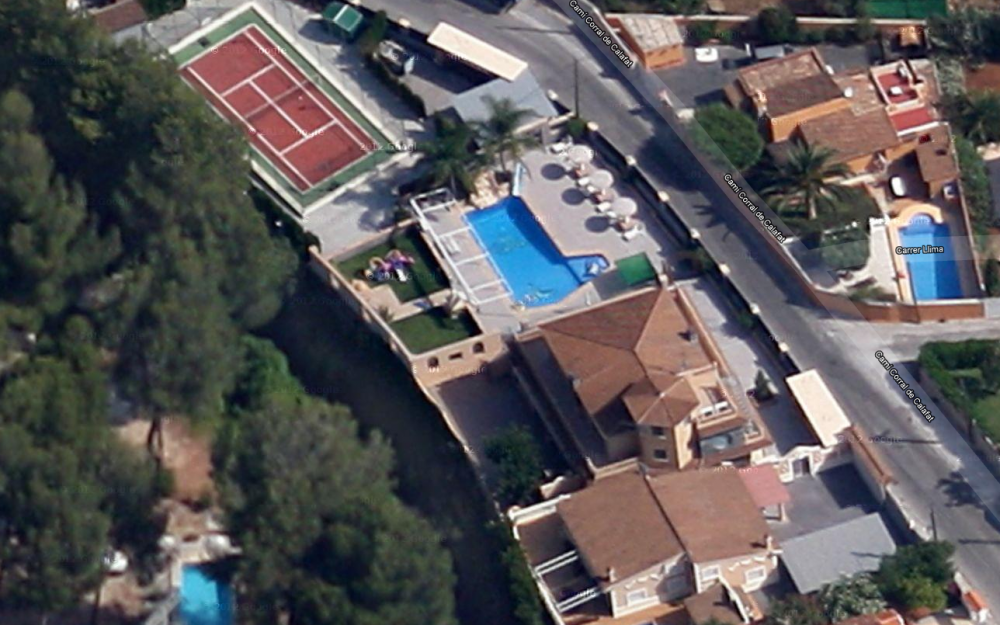 Se vende villa con piscina y pista de tenis mas dos adosados en Dénia
