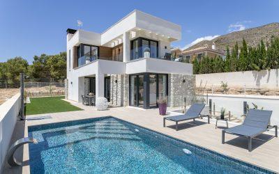 Se vende chalet independiente con piscina privada y garaje cerrado en Finestrat