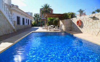 Se alquila un estupendo chalet adosado con piscina en Benidorm