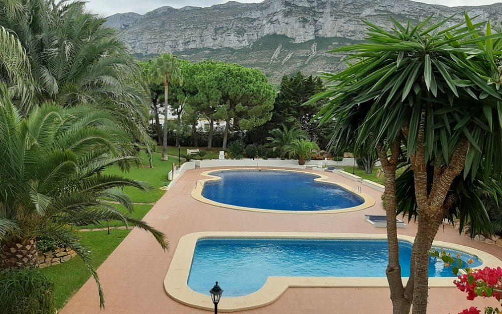 Se alquila para todo el año un estupendo apartamento con piscina en la zona de El Montgo Dénia